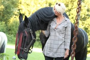 Ikzelf met Felle het paard dat bij ons paard staat op de weide